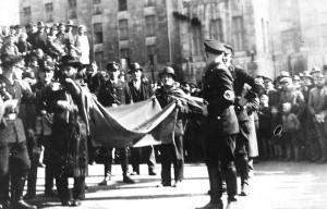 Misshandlung des rabbi Bereisch vor dem Theater Duisburg (Foto: Stadtarchiv Duisburg)